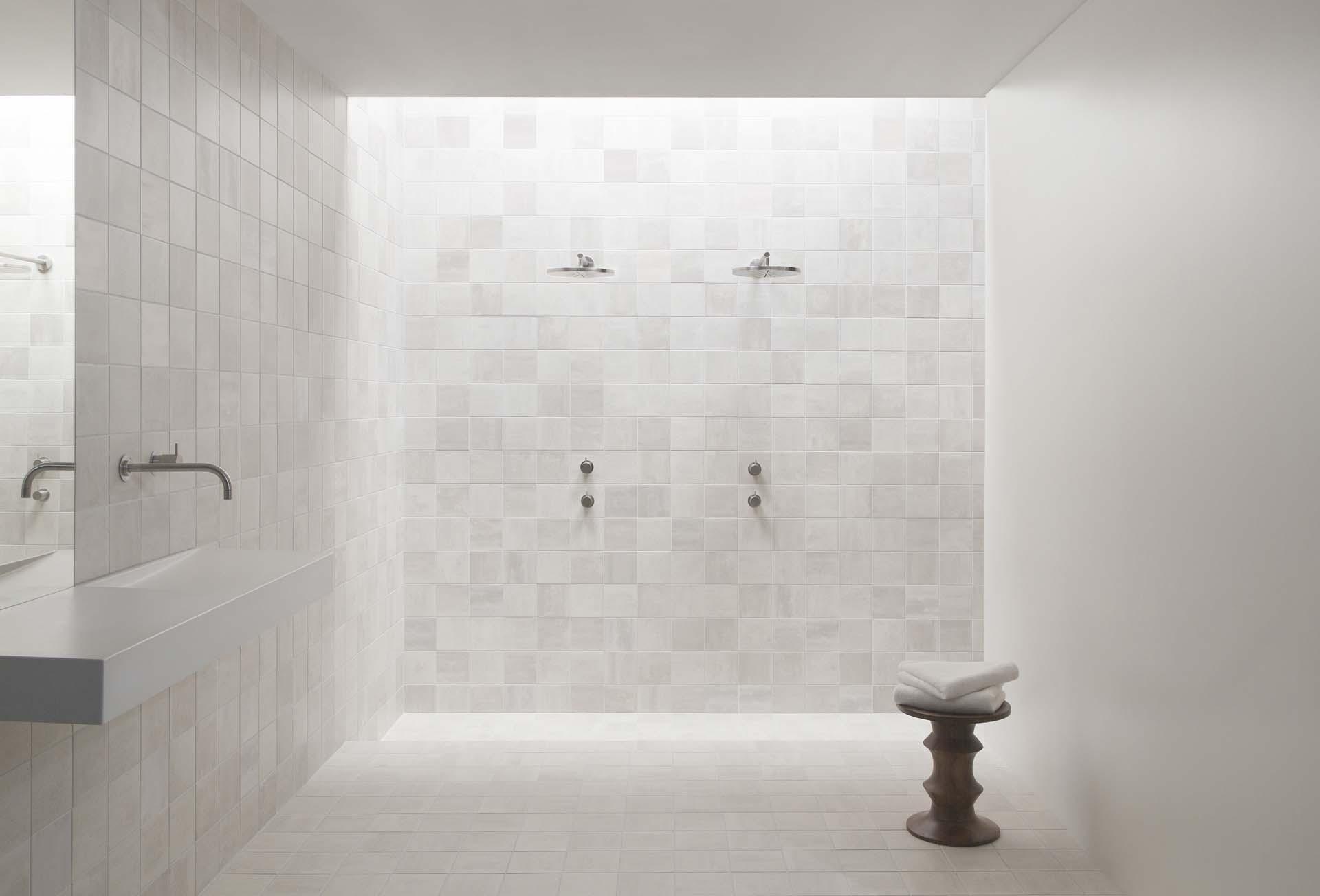 Wandtegels plaatsen uw wand zetten en laten betegelen for Wandtegels badkamer
